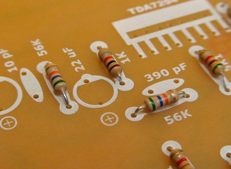 ...circuito impreso (PCB), comenzamos por colocar todas las resistencias.
